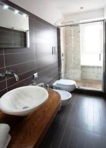 A bathroom at La Finestra Su Roma
