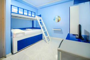 A bunk bed or bunk beds in a room at Bambooze Hauz