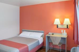 A bed or beds in a room at Motel 6-Ukiah, CA