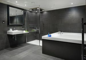 A bathroom at The Glasshouse, Autograph Collection