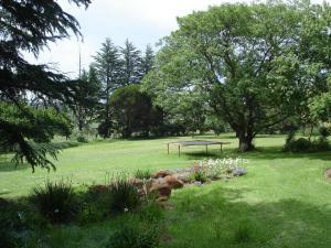 A garden outside De Villas Guesthouse