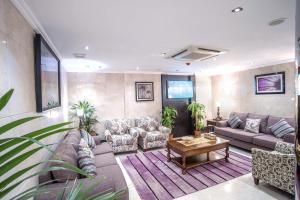 Uma área de estar em Al Ezzah Palace Hotel Suites