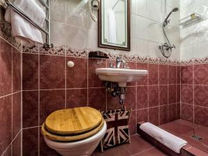 A bathroom at Greenwich by Friends