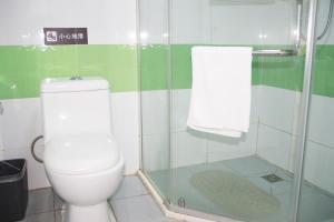 Ванная комната в 7Days Inn Qingdao Huangdao West Coast Bus Station