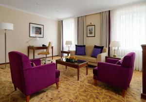 A seating area at Moscow Marriott Royal Aurora Hotel