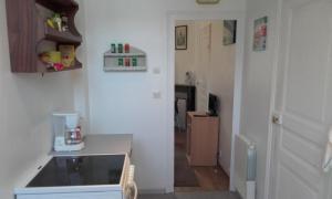 A kitchen or kitchenette at L'appartement d'Aymar