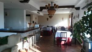 Un restaurante o sitio para comer en Hotel Rural La Pedriza Original