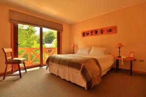 A bed or beds in a room at Hotel y Cabañas Patagonia Green