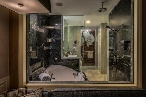 A bathroom at Ascott Raffles Place Singapore