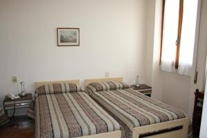 A bed or beds in a room at Hotel Bodoni