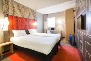 A bed or beds in a room at ibis London Docklands Canary Wharf