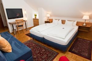 Ein Bett oder Betten in einem Zimmer der Unterkunft Hotel garni Schacherer