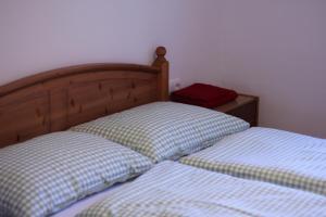 Ein Bett oder Betten in einem Zimmer der Unterkunft Zum Hirsch