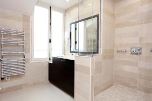 A bathroom at Hotel Saint-Louis Pigalle