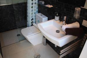 A bathroom at Apartamentos Taifas
