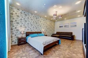 Кровать или кровати в номере Apartmet Poltavskiy pr. 2