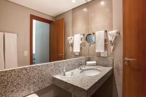 A bathroom at eSuites Virginia Luxemburgo BH