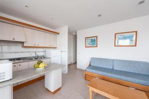 Ett kök eller pentry på Apartamentos Xaloc HRC