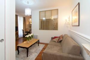 A seating area at My Nest Inn Paris Mouffetard - 30m2 - 200m du jardin des Plantes
