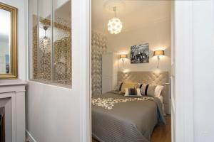 A bed or beds in a room at My Nest Inn Paris Mouffetard - 30m2 - 200m du jardin des Plantes
