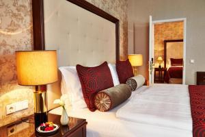 A bed or beds in a room at Steigenberger Frankfurter Hof