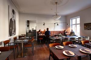 Un restaurante o sitio para comer en Hotel Monsieur Ernest
