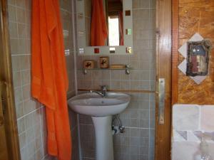 A bathroom at Transylvania Cowboy Cottage