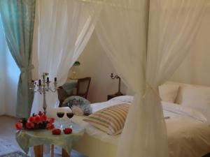 Posteľ alebo postele v izbe v ubytovaní Kaštieľ Biela Dáma a Čierny Rytier