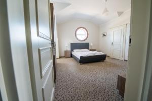 Łóżko lub łóżka w pokoju w obiekcie Nadwarciański Dworek Młodzikowo