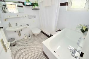 A bathroom at Hotel am Neuen Markt