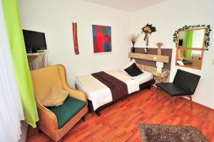 A bed or beds in a room at Hotel am Neuen Markt