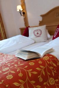 A bed or beds in a room at Auberge Du Mehrbachel