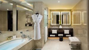 A bathroom at Kempinski Hotel Mall of the Emirates