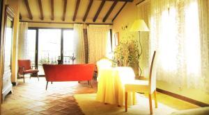 El salón o zona de bar de Casa Rural Las Fuentes de Ágata