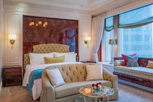 A bed or beds in a room at The St Regis Singapore