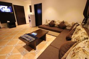 Uma área de estar em Holiday Plus Hotel Suites