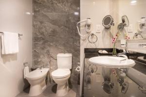 A bathroom at Hawthorn Suites by Wyndham Abu Dhabi City Center
