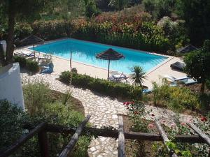 A view of the pool at Casa do Palmeiral or nearby