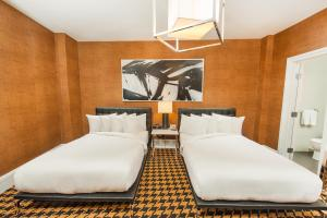 A bed or beds in a room at Ameritania at Times Square