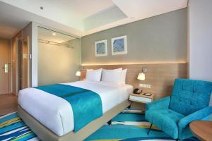 A bed or beds in a room at Holiday Inn Express Jakarta Wahid Hasyim, an IHG Hotel