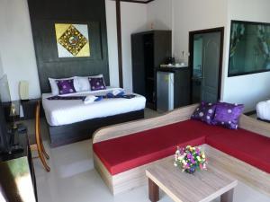 Ein Bett oder Betten in einem Zimmer der Unterkunft Kathalee Beach Resort & Spa