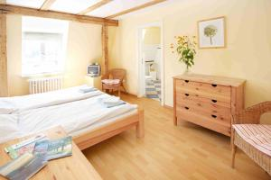 Ein Bett oder Betten in einem Zimmer der Unterkunft Familien- und Freizeithotel Gutshaus Petkus