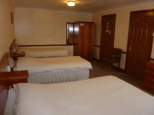 A bed or beds in a room at Tafarn Y Rhos