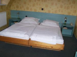 A bed or beds in a room at Gondola Hotel