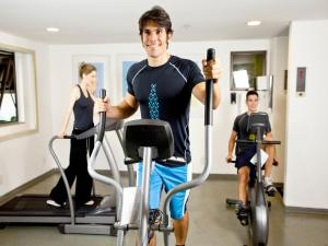 The fitness centre and/or fitness facilities at Comfort Suites Brasília