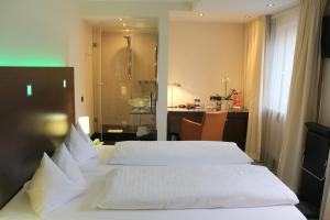 A bed or beds in a room at Flemings Hotel München-Schwabing
