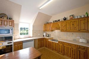 A kitchen or kitchenette at Mill Cottage