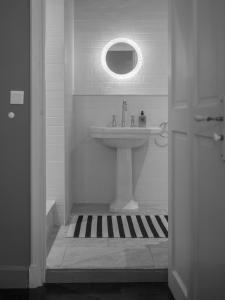 A bathroom at Grand Hôtel Nord-Pinus