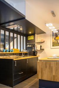 A kitchen or kitchenette at Little Suite - Marius et Romain