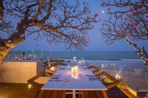 Um restaurante ou outro lugar para comer em Hilton Hua Hin Resort & Spa - SHA Certified